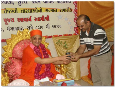 Acharya Swamishree presents Tulsi plant and prasad to Shree Bhimjibhai Budhanavala, Leader of ruling party in Surat