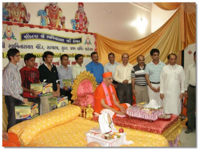 Acharya Swamishree with the guests