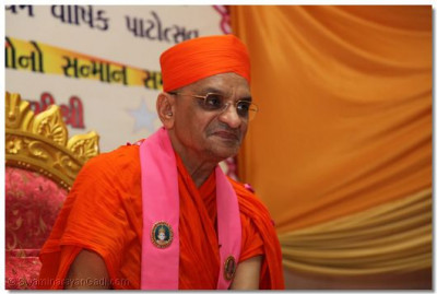 Divine darshan of Acharya Swamishree during His divine ashirwad