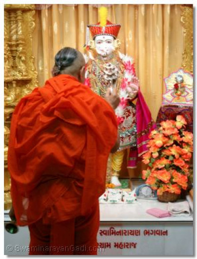 Acharya Swamishree performs Mangla aarti to Lord Shree Swaminarayan at Shree Swaminarayan Temple Surat on 3rd February 2010