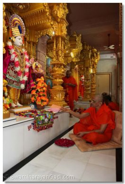 Acharya Swamishree performs the patotsav ceremony