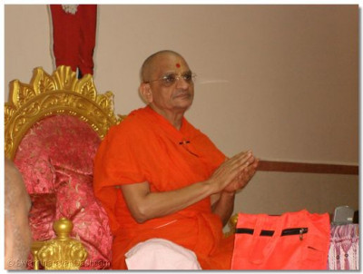 Divine darshan of Acharya Swamishree during His aashirwad