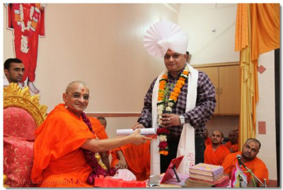 Acharya Swamishree honours Shree Manojbhai Binwal, Resident Editor of the newspaper Divyabhaskar