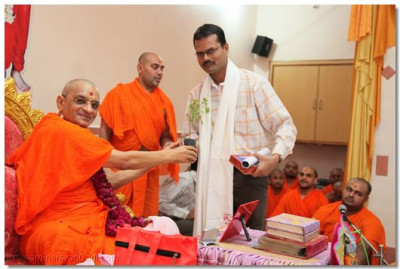 Acharya Swamishree honours Resident Sub-Editor of the newspaper Divyabhaskar