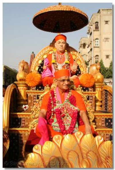 Divine darshan of Jeevanpran Swamibapa and Acharya Swamishree during the procession from the Tower