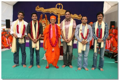 Acharya Swamishree gievs darshan to the casts and directors of the serial