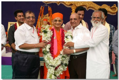 Acharya Swamishree is garlanded by the actors and directors