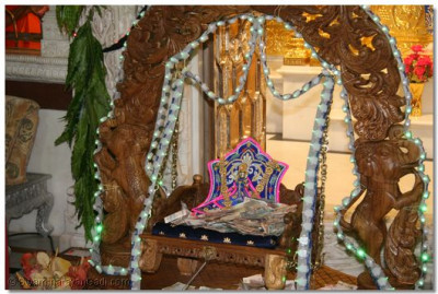 Shree Harikrishna Maharaj gives darshan on the swing