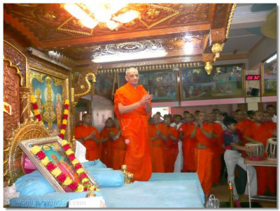 Acharya Swamishree gives darshan during the 24hr dhoon
