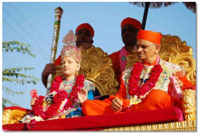 Divine darshan of Lord Swaminarayan and Acharya Swamishree in a chariot