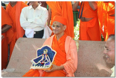 Acharya Swamishree watches a local entertainer in performance