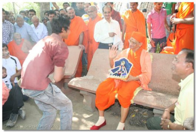 Acharya Swamishree blesses the performer