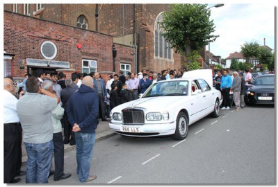 Hundreds of disciples gather for the darshan of His Divine Holiness Acharya Swamishree as He leaves London