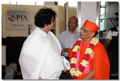 A Jain disciple takes the opportunity to come for the darshan of His Divine Holiness Acharya Swamishree