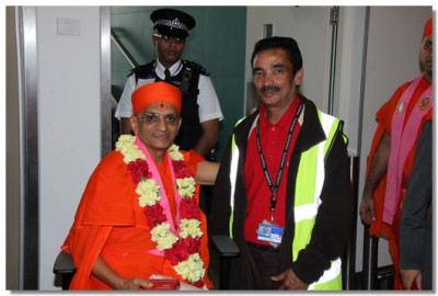 An officer of the Emirates airline comes for the darshan of His Divine Holiness Acharya Swamishree