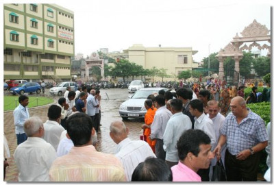 Hundreds of disciples gather at Shree Swaminarayan Temple Maninagar awaiting the arrival of His Divine Holiness Acharya Swamishree