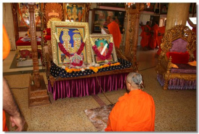 Acharya Swamishree performs prayers to the Lord