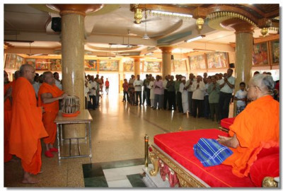Acharya Swamishree commences the 24hr dhoon