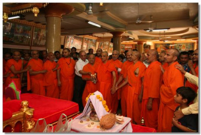 Acharya Swamishree, sants and disciple performs aarti at the conclusion of the 24hr dhoon