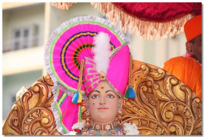 Divine darshan of Lord Swaminarayan during the procession