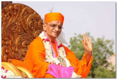 Acharya Swamishree gives His blessings during the procession