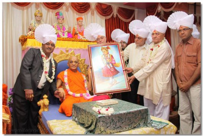 A local dignitary of Bhuj is presented with a Murti of Lord Shree Swaminarayan
