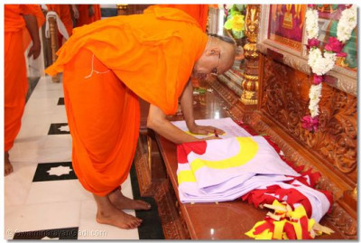 Acharya Swamishree inaugurates the flag for the Temple
