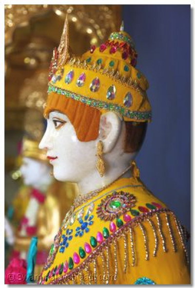 Divine darshan of Lord Swaminarayan adorned with chandan vagha
