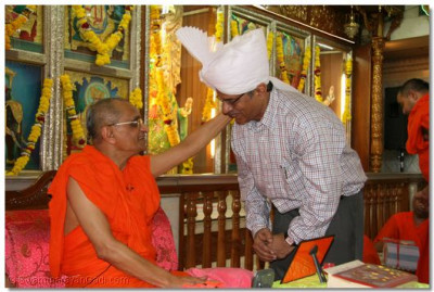 Acharya Swamishree gives darshan to Shree Haribhai Khare (Media Advisor to the Prime Minister)