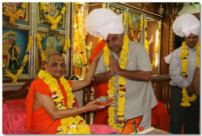 Acharya Swamishree gives darshan to Shree Ashokbhai Badi (Assistant Editor - CNN)