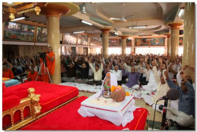 Sants and disciples congregate for Acharya Swamishree's Ashirwad