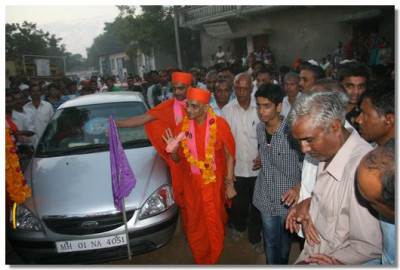 Acharya Swamishree arrives in Delvada in the evening