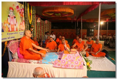 Acharya Swamishree performs His daily prayers