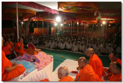 Hundreds of people came for Acharya Swamishree's darshan