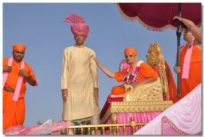 Acharya Swamishree gives darshan to Chief of Delvada