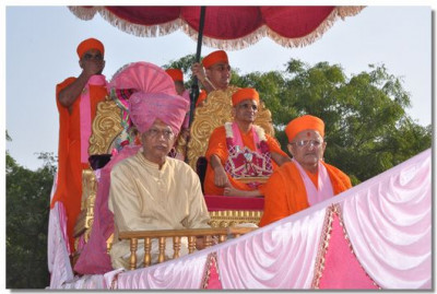Acharya Swamishree gives darshan on a chariot