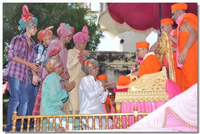 Disciples pray to Acharya Swamishree at the end of the procession