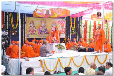 Acharya Swamishree gives darshan on the stage