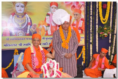 Acharya Swamishree gives darshan to a guest
