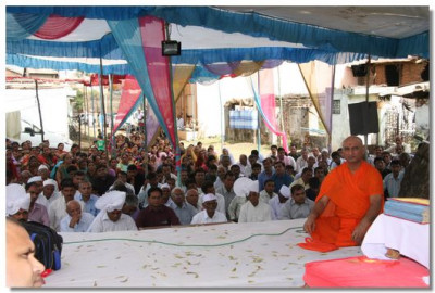 Acharya Swamishre gave His divine blessings after the patotsav ceremony