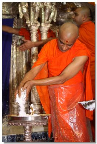 Acharya Swamishree performs the panchamrut snan to Shree Harikrishna Maharaj