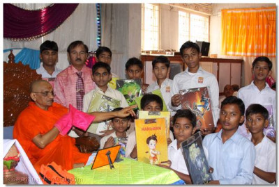 Young disciples receive mementos from Acharya Swamishree