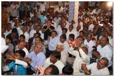 Hundreds of disciples witnessed the divine darshan