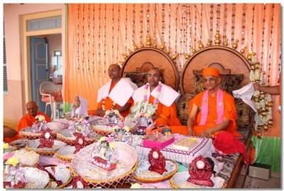 Acharya Swamishree and sants give darshan at the conclusion of the scripture recitals