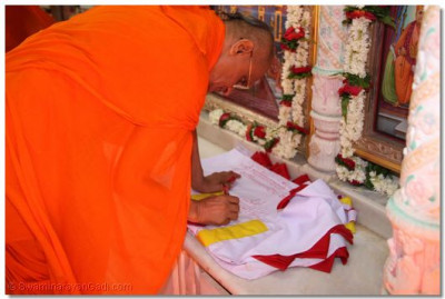 Acharya Swamishree inaugurates the new flag for the temple