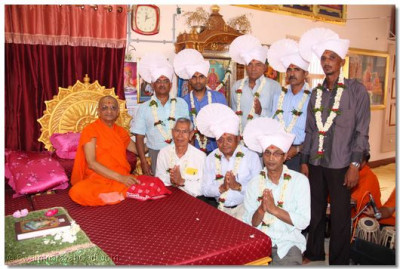 Acharya Swamishree gives darshan to the disciples on whose behalf the parayan took place
