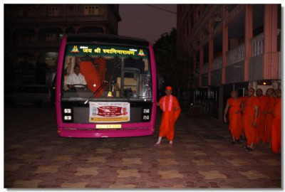 On the morning of 12th November Acharya Swamishree and sants board the coach at Shree Swaminarayan Temple Maninagar for Mahabaleshwar