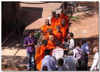 Acharya Swamishree gives darshan to dicisples who journeyed from various parts of India for the Shibir
