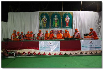 In the evening sants performed a kirtan bhakti event