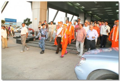 Acharya Swamishree departs from the airport